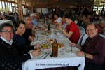 Buen ambiente durante la comida servida en el restaurante del aeródromo.
