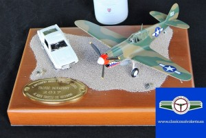 Los premios entregados han adoptado la forma de diorama con un vehículo clásico posando frente  una aeronave clásica
